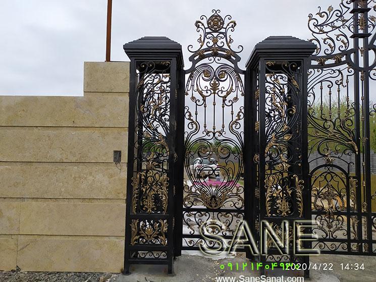 صنایع فلزی صانع با سالها تجربه به عنوان بزرگترین تولیدکننده انواع درب لوکس برای درب حیاط ساختمان – درب باغ – درب ویلا – درب ضد آب در سراسر ایران در خدمت شماست