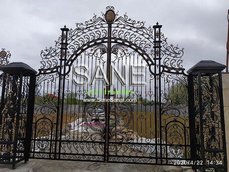 درب الیزه - پروژه انجام شده صنایع فلزی صانع یک درب لوکس و زیبا برای درب پارکینگ و درب حیاط ویلا، ساختمان، مجتمع مسکونی 09121404930