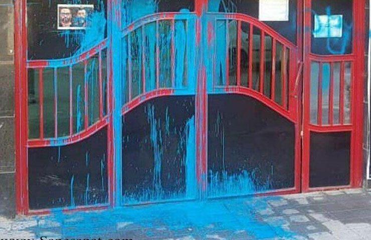 در باشگاه فرهنگی ورزشی پرسپولیس تهران آبی شد ! افراد ناشناس روی در باشگاه رنگ آبی پاشیدند